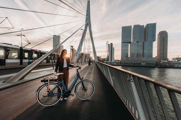 QWIC-2019_premium_ma8tour_erasmusbrug_staand-op-brug-2